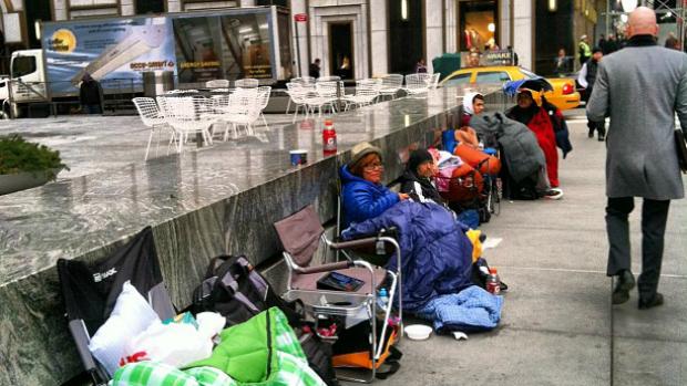 Consumidores fazem fila na Apple Store da 5º Avenida, em NY, para comprar Novo iPad