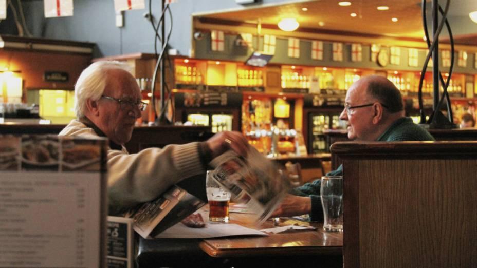 <p>Os amigos Bill Marshall, 71, e David Forbes, 70, acostumam-se aos novoso tempos em Londres: no pub, o peixe é verde</p>