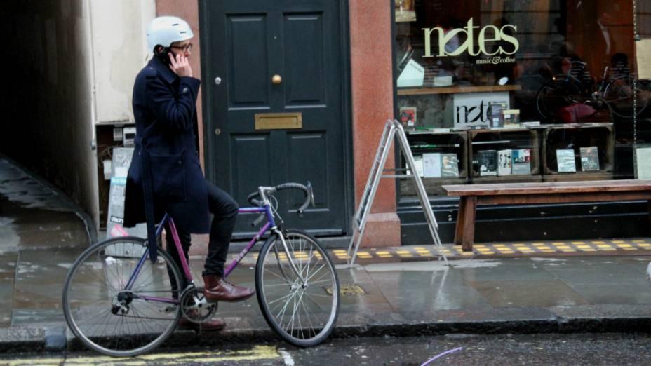 <p>Mesmo com o frio e a chuva, os londrinos insistem no uso da bicicleta como meio de transporte complementar na cidade</p>