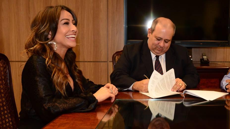 Sabrina Sato ao assinar contrato com a Record