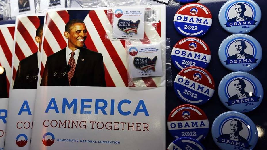 Souvenirs à venda durante o primeiro dia da Convenção Nacional Democrática em Charlotte, Estados Unidos