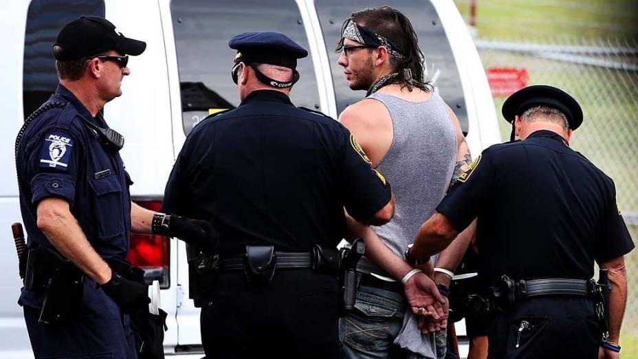 Policiais prendem manifestante durante protesto realizado nas proximidades da Convenção Nacional Democrática em Charlotte, Estados Unidos