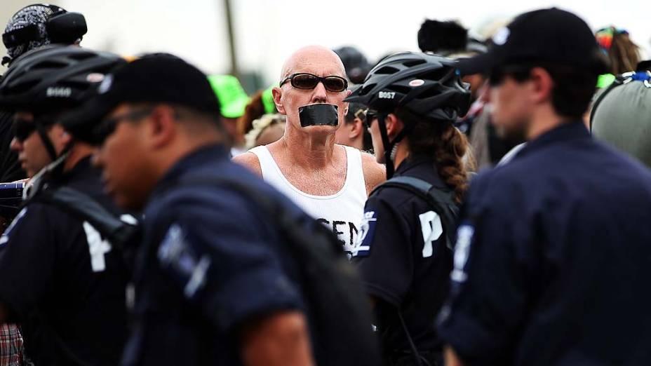 Policiais e manifestantes durante protesto realizado nas proximidades da Convenção Nacional Democrática em Charlotte, Estados Unidos