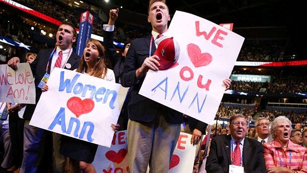 Partidários exibem cartazes em apoio a Ann Romney, mulher do candidato republicano