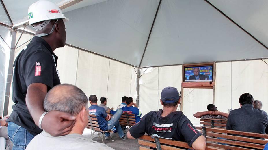 Funcionários da Arena Corinthians, na zona leste de São Paulo, acompanham a transmissão pela televisão do anúncio da lista de 23 jogadores convocados pelo técnico Luiz Felipe Scolari para defender a seleção brasileira de futebol durante o Mundial