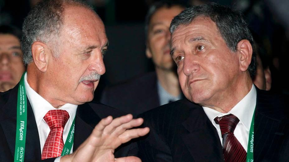 Luis Felipe Scolari e Carlos Alberto Parreira no sorteio dos grupos da Copa das Confederações