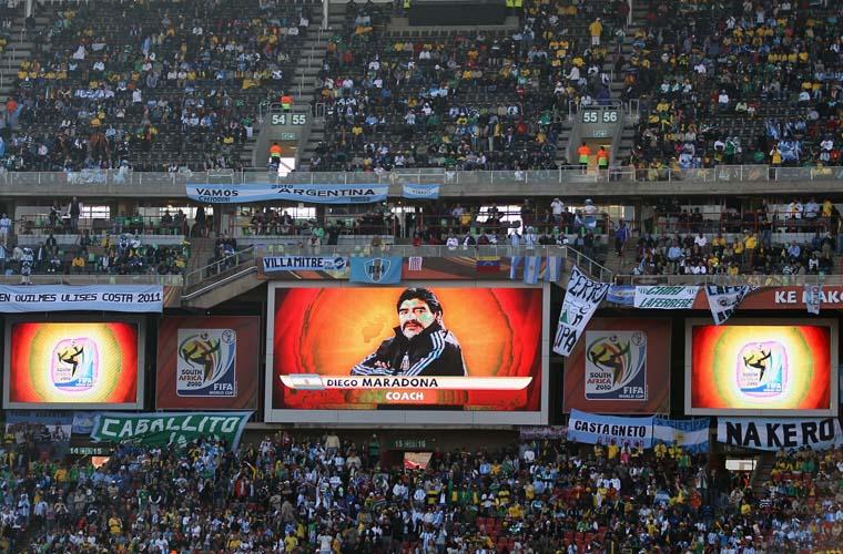 A imagem do técnico argentino, Diego Maradona, aparece em um telão do estádio Ellis Park, em Johannesburgo, onde as seleções da Argentina e da Nigéria se enfrentam.