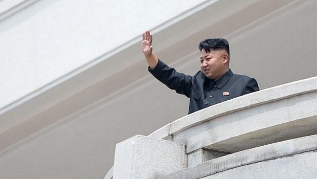 Ditador Kim Jong-un acena durante as comemorações pelo aniversário da trégua que acabou com a Guerra da Coreia