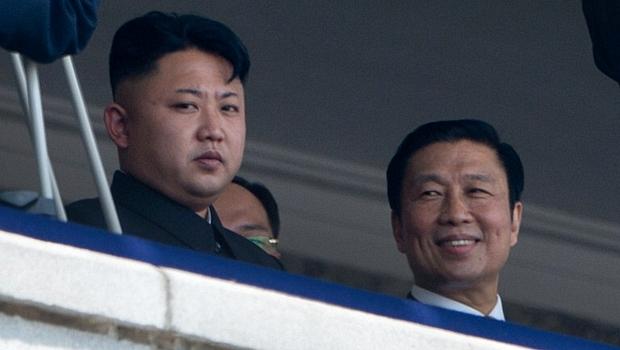 Kim Jong-un assiste ao desfile ao lado do vice-presidente da China