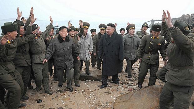 Soldados saúdam o ditador Kim Jong-un nesta quinta em Pyongyang