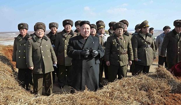 Kim Jong-un observa exercícios militares aéreos