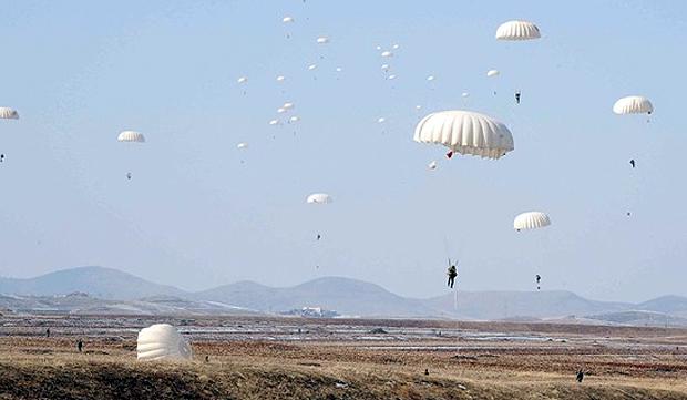 Norte-coreanos durante exercícios militares aéreos