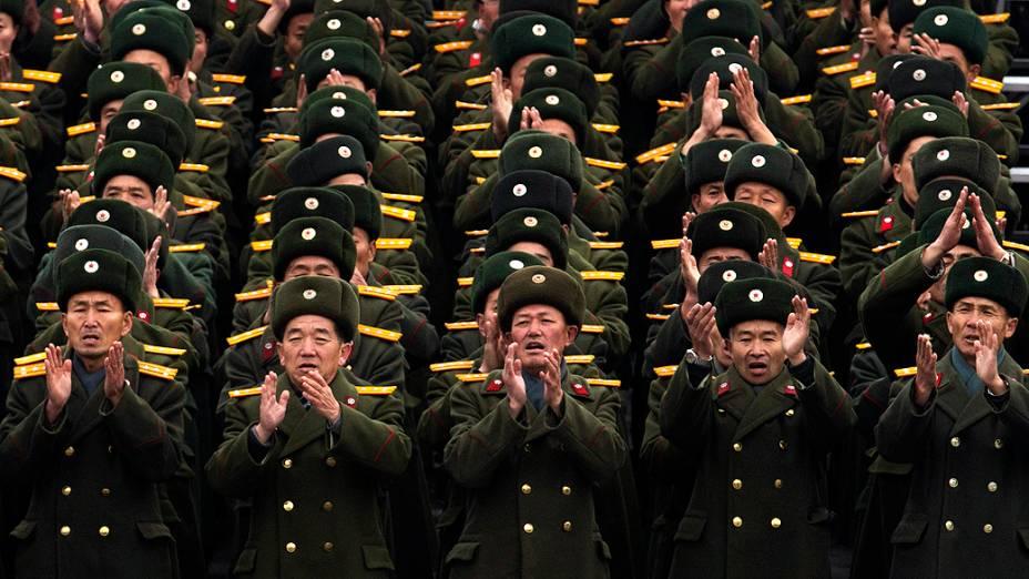 Soldados norte-coreanos compareceram à praça Kim Il Sung, no centro de Pyongyang, nesta sexta-feira (14), para comemorar sucesso do lançamento do foguete Unha-3