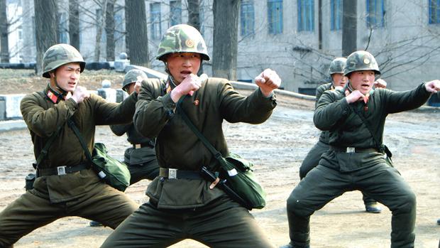 Soldados norte-coreanos em treinamento militar, em Pyongyang