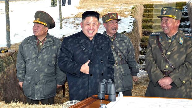 O ditador norte-coreano Kim Jong-un ao lado de militares, em local não identificado pela agência oficial