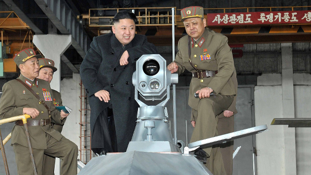 Kim Jong-un inspeciona equipamento militar