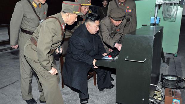 Kim Jong-un testa equipamento militar em estilo retrô, como apontou o Washington Post