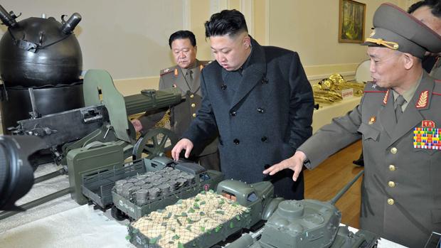 Kim Jong-un observa miniaturas de equipamentos militares
