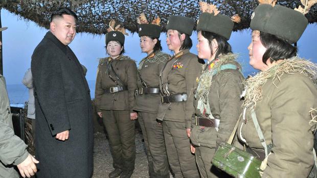 Kim Jong-un conversa com soldados femininas