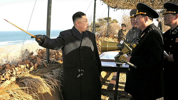 Ditador Kim Jong-un comanda treinamento militar na Coreia do Norte