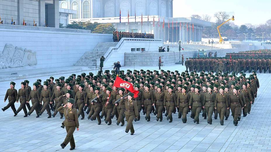 Norte-coreanos durante exercício militar, em 14/03/2013