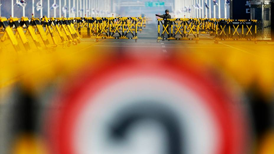 Soldado do Exército sul-coreano mantém a guarda de uma barricada na Ponte da Unificação, na divisa entre as coreias perto da vila de Panmunjom