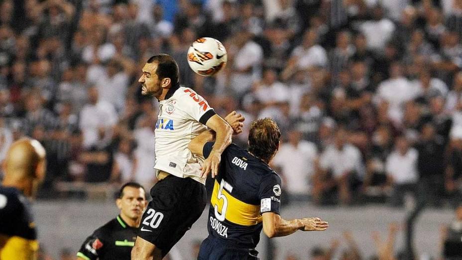 Dividida entre Danilo e Somaza, durante jogo entre Corinthians e Boca Juniors, pela copa Libertadores, no estádio Pacaembu em São Paulo