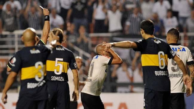 Emerson lamenta cartão, durante jogo entre Corinthians e Boca Juniors, pela copa Libertadores, no estádio Pacaembu em São Paulo