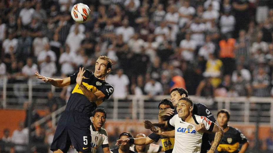 Dividida, durante jogo entre Corinthians e Boca Juniors, pela copa Libertadores, no estádio Pacaembu em São Paulo