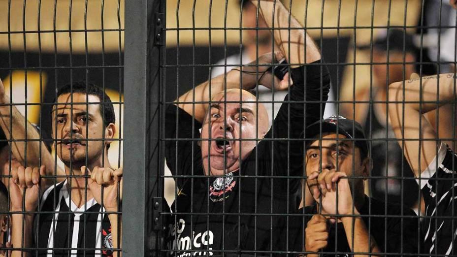 Torcedores do Corinthians durante jogo contra Boca Juniors, pela copa Libertadores no estádio Pacaembu em São Paulo