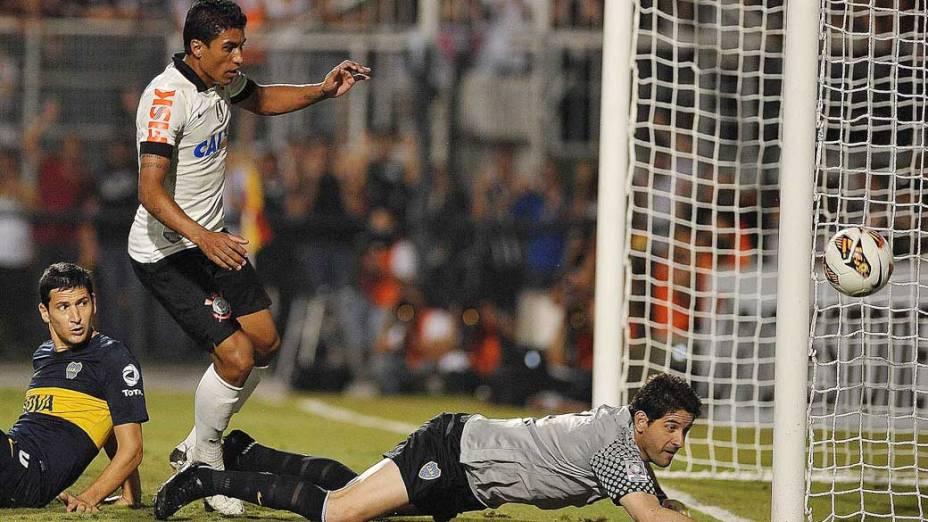 Corinthians perde boa oportunidade de gol durante jogo, pela copa Libertadores no estádio Pacaembu em São Paulo