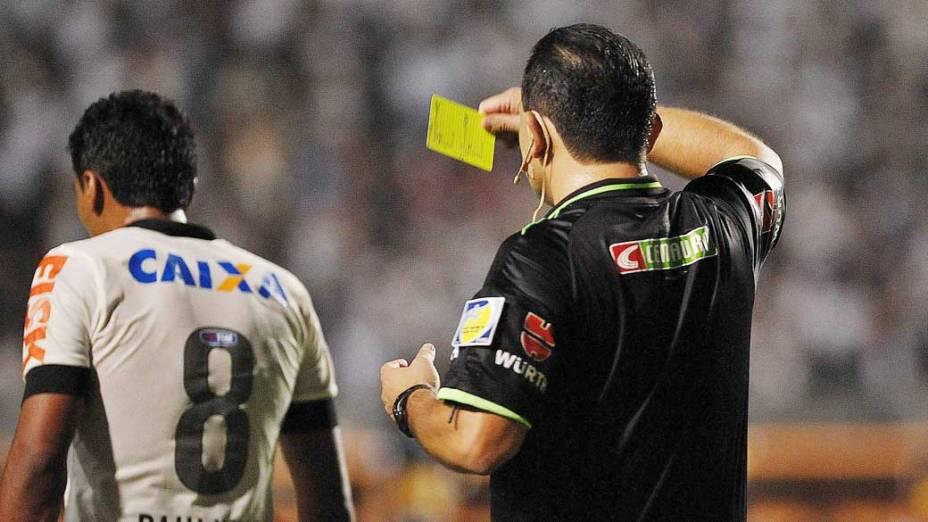 Paulinho recebe cartão amarelo durante jogo entre Corinthians e Boca Juniors, pela copa Libertadores no estádio Pacaembu em São Paulo
