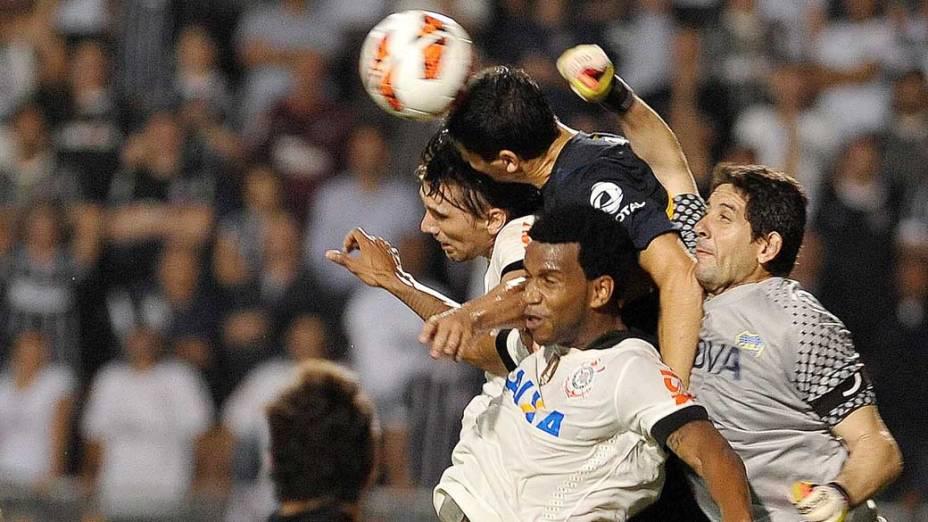 Disputa de bola durante jogo, pela copa Libertadores no estádio Pacaembu em São Paulo