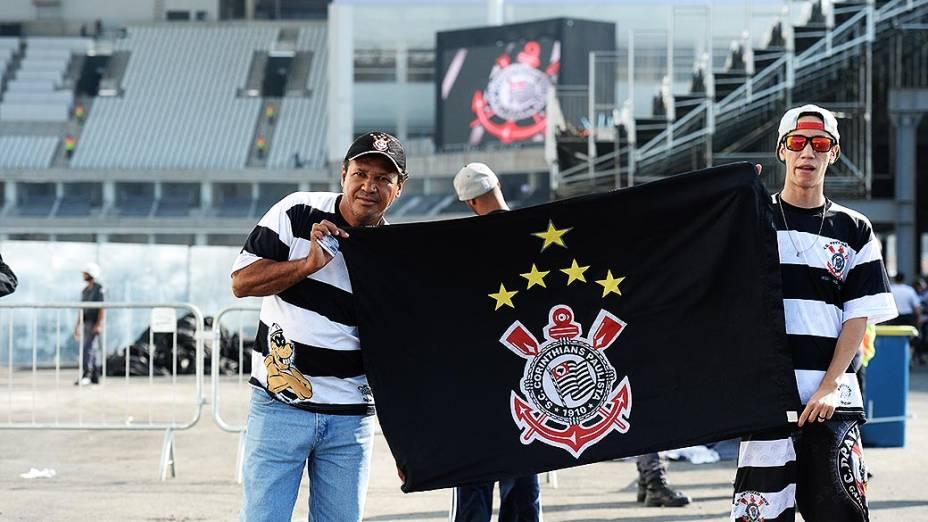 Torcedores do Corinthians chegam para o jogo contra o Figueirense no Itaquerão