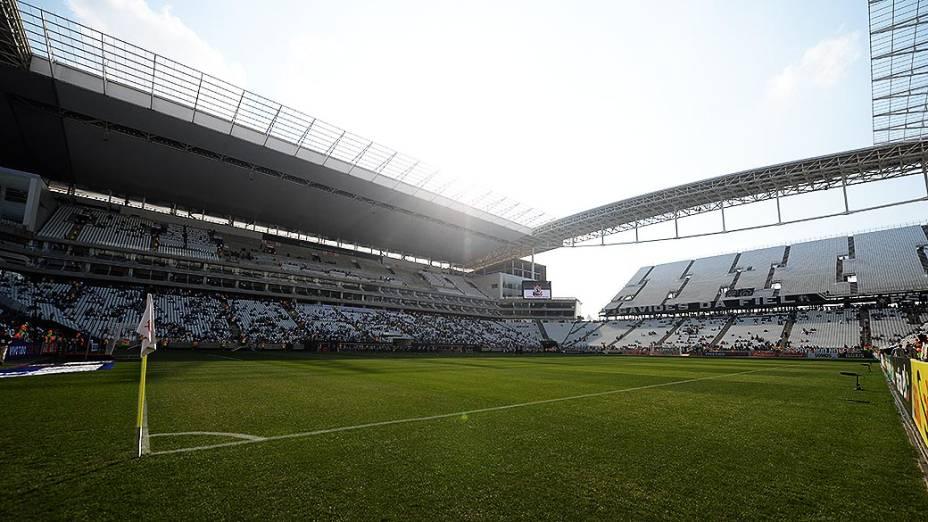 Torcedores chegam para o jogo entre Corinthians e Figueirense, na inauguração oficial do Itaquerão, em São Paulo