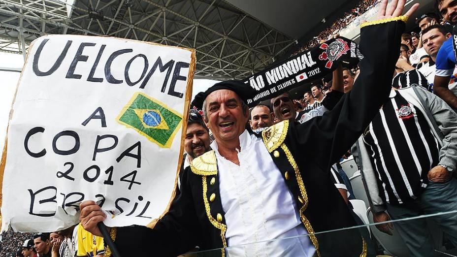 Torcedor do Corinthians comparece no jogo contra o Figueirense, na estreia do Itaquerão pelo Campeonato Brasileiro