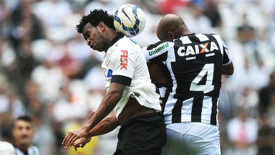 Gil disputa a bola com Thaigo Heleno, do Figueirense, na estreia do Itaquerão pelo Campeonato Brasileiro