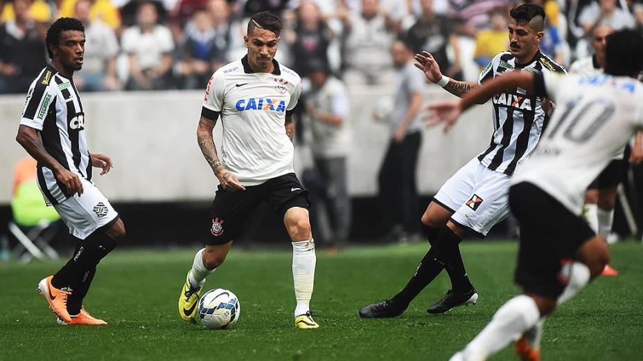 Guerrero dá passe para Jadson no jogo entre Corinthians e Figueirense, na estreia do Itaquerão pelo Campeonato Brasileiro