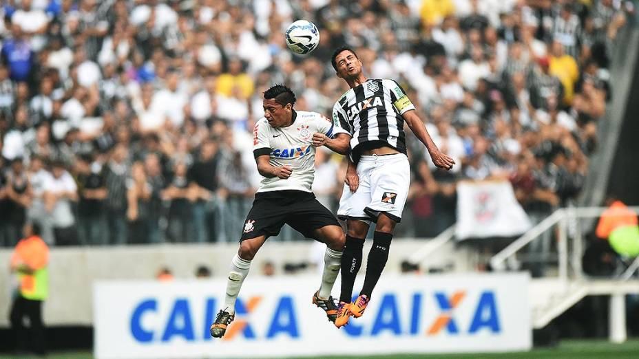 Ralf e Ricardo Bueno disputam bola na partida entre Corinthians e Figueirense