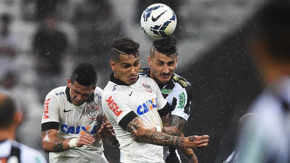Guerrero disputa a bola com Marquinhos, do Figueirense, na estreia do Itaquerão pelo Campeonato Brasileiro