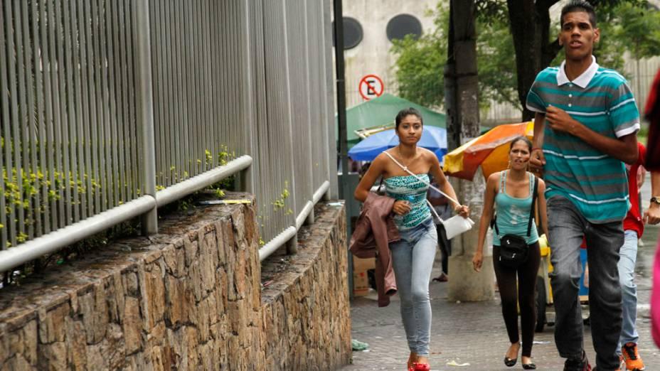 Estudantes correm para chegar a tempo de realizar a prova do Enem 2013 neste domingo, no campus da Uninove, na zona Oeste de São Paulo