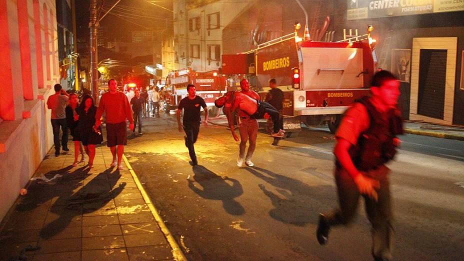 Correria próximo à Boate Kiss, em Santa Maria, que pegou fogo na madrugada deste domingo