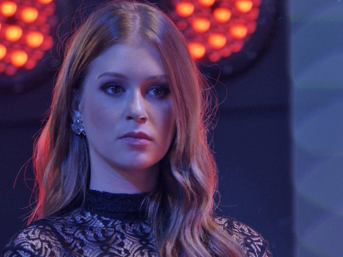 Eliza (Marina Ruy Barbosa) fica tensa antes de saber o resultado do concurso