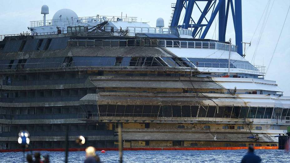 O navio Costa Concordia, após a operação que endireitou a embarcação