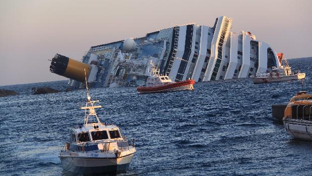 O navio Costa Concordia encalhou e tombou próximo à ilha de Giglio, na Itália