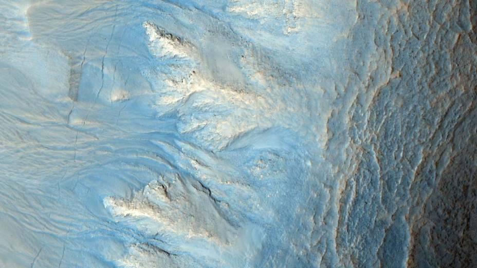 <p>Lado oeste de uma cratera de impacto nas latitudes medianas ao norte do planeta. A foto foi tirada pelo orbitador Mars Reconnaissance Orbiter (MRO), no dia 13 de abril de 2010.</p>