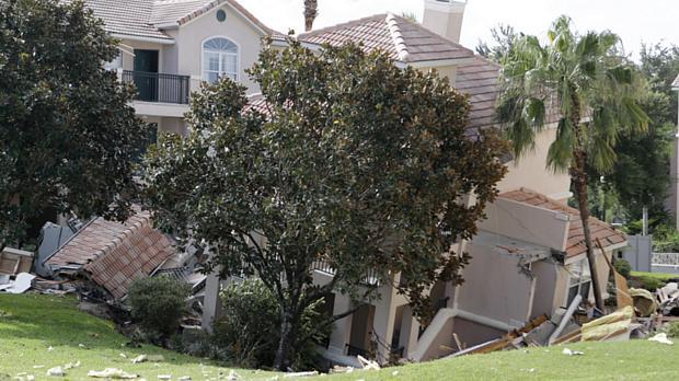 Prédios atingidos por cratera na cidade de Clermont, condado de Lake, na Flórida