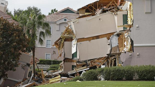 Parte de prédio 'engolido' por buraco em Clermont, na Flórida, em região que fica perto do complexo da Disney