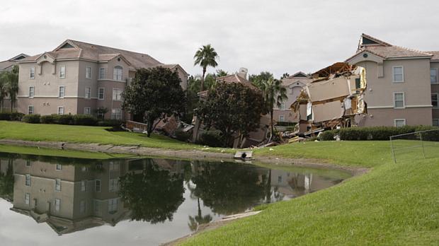 Buraco 'engoliu' construções no resort Summer Bay, em Clermont, no condado de Lake