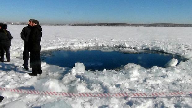 <p>Após queda de meteorito, cratera é encontrada em lago da Rússia</p>